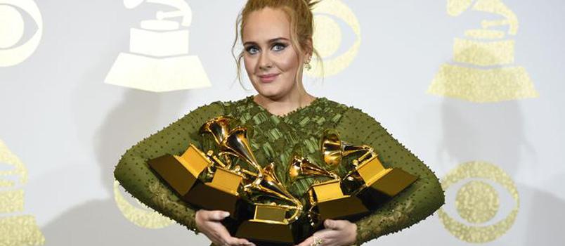 """Grammy Awards 2017, Adele con """"25"""" fa il pieno: miglior album e migliore canzone"""