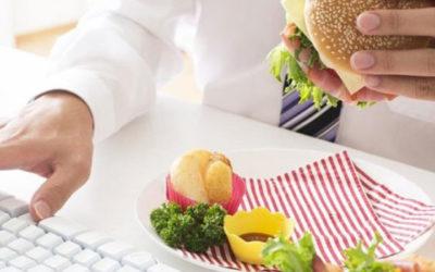 Salute. Mangiare in ufficio fa ingrassare: troppe calorie