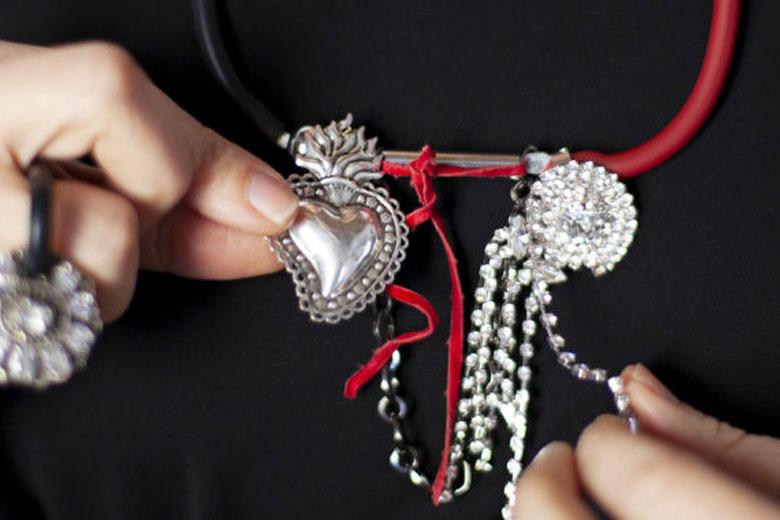 """Clara Galante presenta i suoi gioielli nella mostra """"Ethereal Creature – Opere da Indossare"""""""